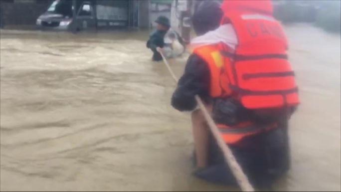 Quảng Bình- Huế: Hơn 13.000 nhà dân bị ngập chìm trong biển nước - Ảnh 5.