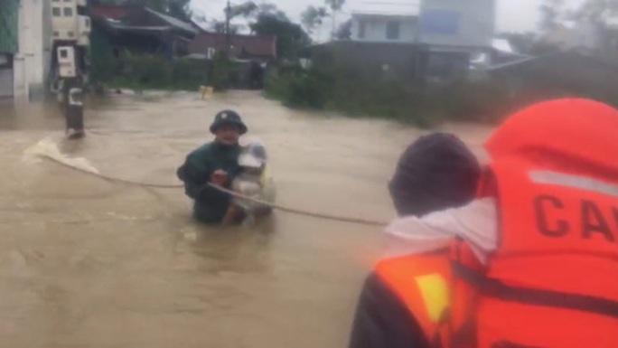 Quảng Bình- Huế: Hơn 13.000 nhà dân bị ngập chìm trong biển nước - Ảnh 6.