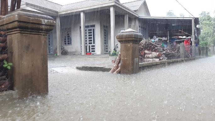Mưa lũ ở Thừa Thiên - Huế: Người dân đi xuồng trên đường, thủy điện nâng mức xả lũ - Ảnh 1.