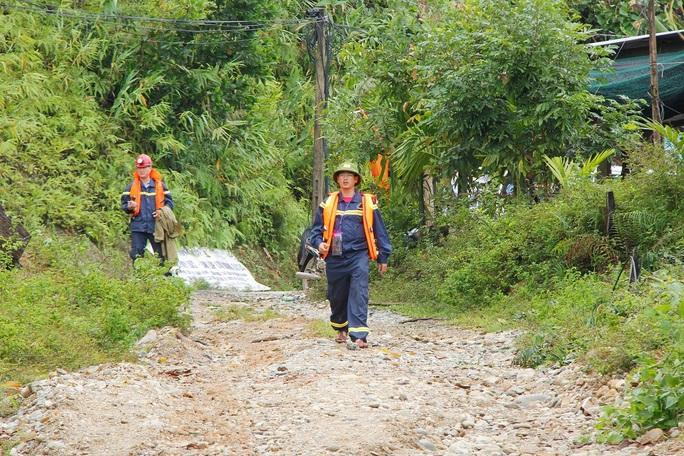 Sạt lở Trà Leng: 32 ghe, thuyền đang ngược sông Tranh tìm kiếm nạn nhân mất tích  - Ảnh 3.