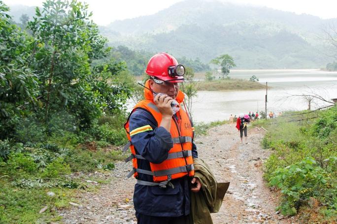 Sạt lở Trà Leng: 32 ghe, thuyền đang ngược sông Tranh tìm kiếm nạn nhân mất tích  - Ảnh 4.