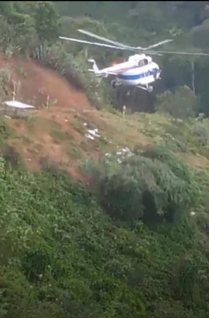Máy bay đã thả được lương thực xuống xã Phước Lộc tiếp tế cho người dân - Ảnh 1.