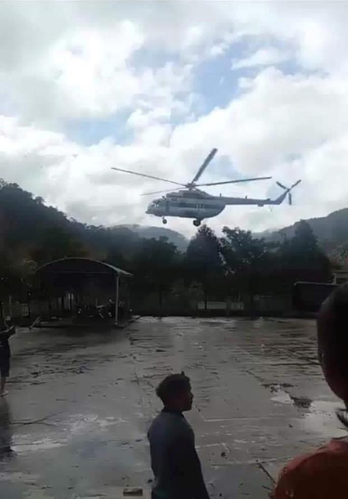 Máy bay đã thả được lương thực xuống xã Phước Lộc tiếp tế cho người dân - Ảnh 2.