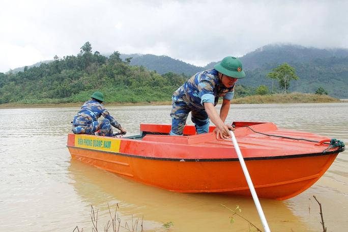 Sạt lở Trà Leng: 32 ghe, thuyền đang ngược sông Tranh tìm kiếm nạn nhân mất tích  - Ảnh 5.