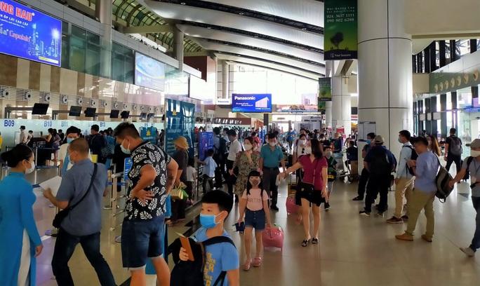 Siết chặt bắt buộc đeo khẩu trang tại các sân bay - Ảnh 1.