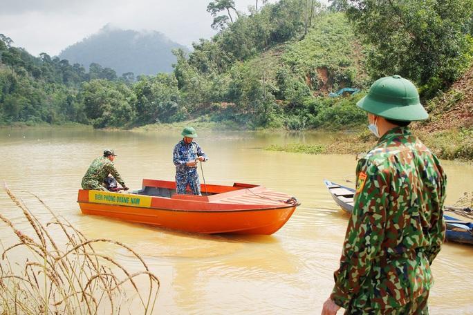 Sạt lở Trà Leng: 32 ghe, thuyền đang ngược sông Tranh tìm kiếm nạn nhân mất tích  - Ảnh 1.