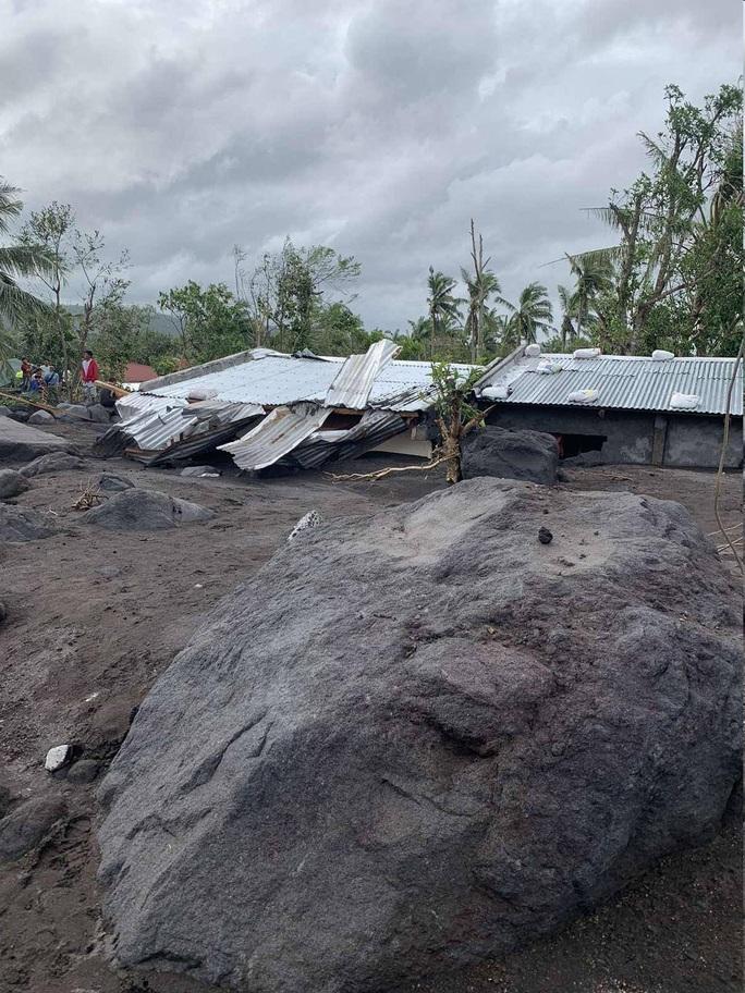 """Siêu bão Goni """"gầm rú"""" ở Philippines, số người thiệt mạng tăng lên - Ảnh 2."""