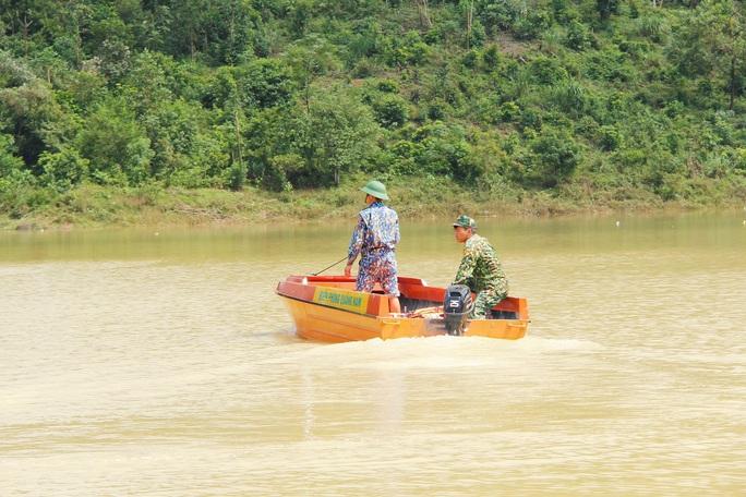 Sạt lở Trà Leng: 32 ghe, thuyền đang ngược sông Tranh tìm kiếm nạn nhân mất tích  - Ảnh 6.
