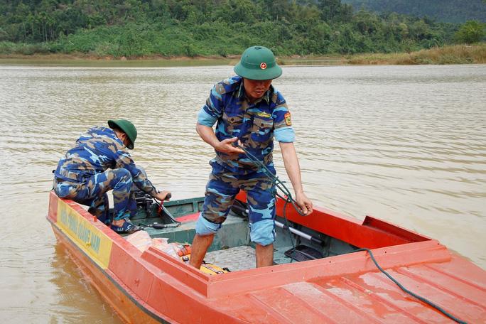 Sạt lở Trà Leng: 32 ghe, thuyền đang ngược sông Tranh tìm kiếm nạn nhân mất tích  - Ảnh 7.