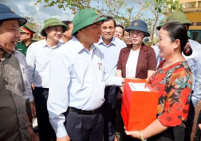 Thủ tướng Chính phủ thị sát, thăm hỏi người dân vùng bão lũ Quảng Ngãi - Ảnh 4.