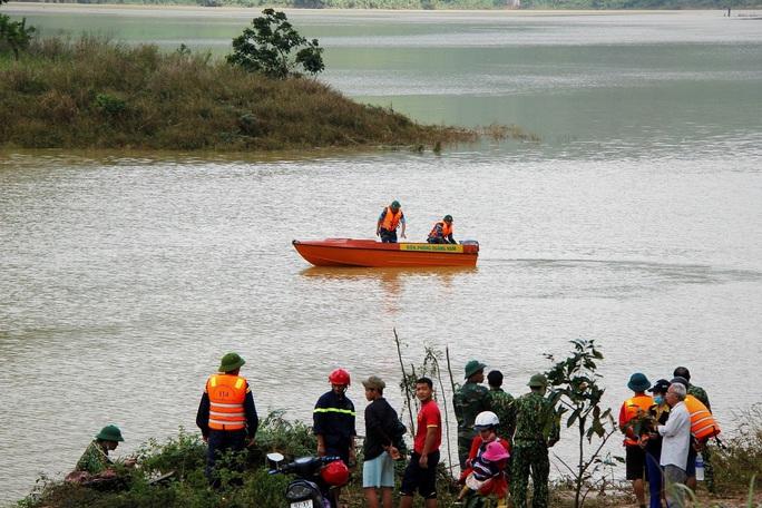 Sạt lở Trà Leng: 32 ghe, thuyền đang ngược sông Tranh tìm kiếm nạn nhân mất tích  - Ảnh 2.