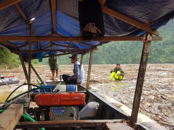 Sạt lở Trà Leng: Tạm ngưng tìm kiếm nạn nhân bằng đường thủy - Ảnh 2.