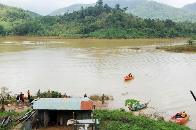 Sạt lở Trà Leng: 32 ghe, thuyền đang ngược sông Tranh tìm kiếm nạn nhân mất tích  - Ảnh 9.