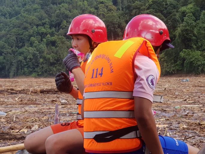 Sạt lở Trà Leng: Tạm ngưng tìm kiếm nạn nhân bằng đường thủy - Ảnh 4.