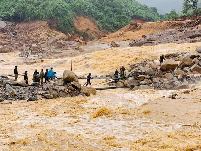 Thông tin mới nhất về vụ sạt lở khiến 13 người mất tích ở Phước Lộc - Ảnh 1.