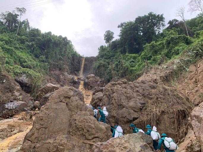 Thông tin mới nhất về vụ sạt lở khiến 13 người mất tích ở Phước Lộc - Ảnh 2.