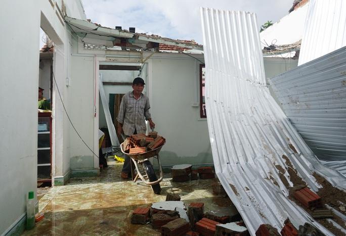 Thủ tướng Chính phủ thị sát, thăm hỏi người dân vùng bão lũ Quảng Ngãi - Ảnh 3.
