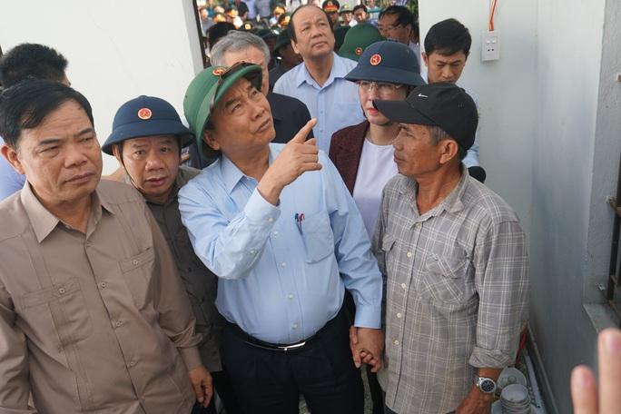 Thủ tướng Chính phủ thị sát, thăm hỏi người dân vùng bão lũ Quảng Ngãi - Ảnh 2.