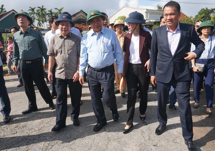 Thủ tướng Chính phủ thị sát, thăm hỏi người dân vùng bão lũ Quảng Ngãi - Ảnh 1.