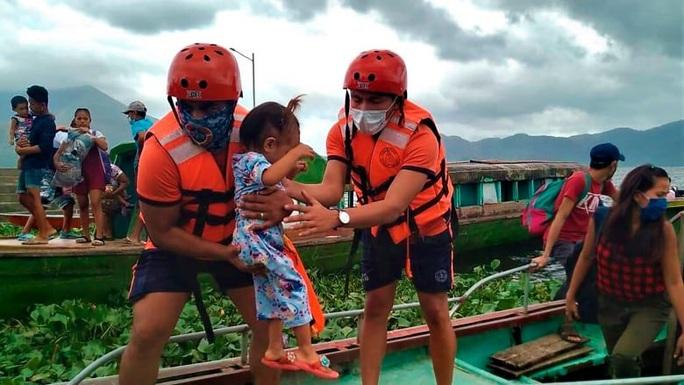 Siêu bão Goni mạnh thảm khốc đổ bộ Philippines, sức gió 215 km/giờ - Ảnh 1.