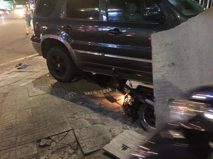 Ôtô tông hàng loạt xe máy, nhiều người bị thương - Ảnh 1.
