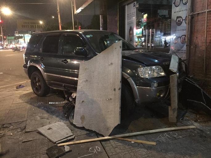 Ôtô tông hàng loạt xe máy, nhiều người bị thương - Ảnh 2.
