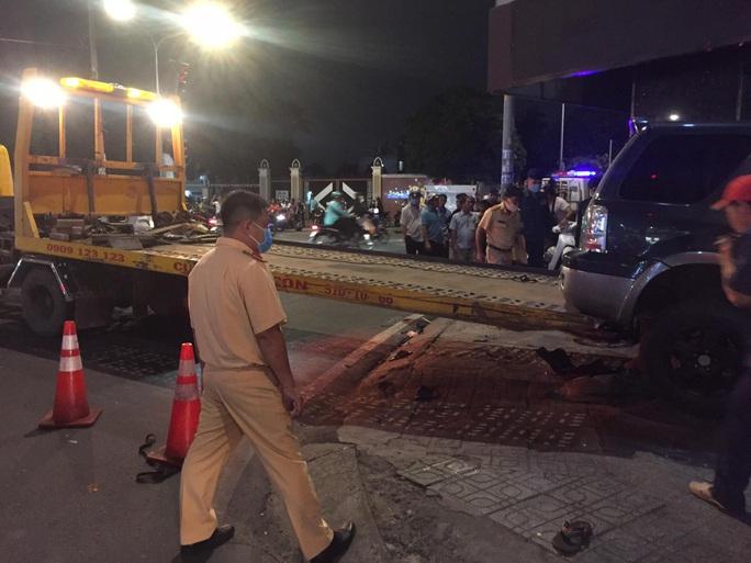 Ôtô tông hàng loạt xe máy, nhiều người bị thương - Ảnh 3.