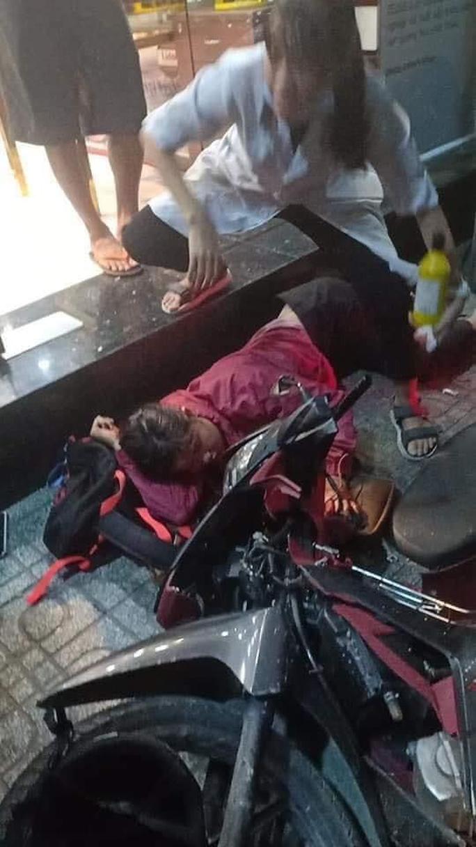 Ôtô tông hàng loạt xe máy, nhiều người bị thương - Ảnh 6.