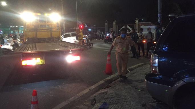 Ôtô tông hàng loạt xe máy, nhiều người bị thương - Ảnh 4.