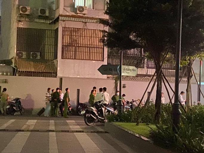 Người đàn ông ngoại quốc rơi lầu tử vong tại chung cư ở quận Tân Bình - Ảnh 2.