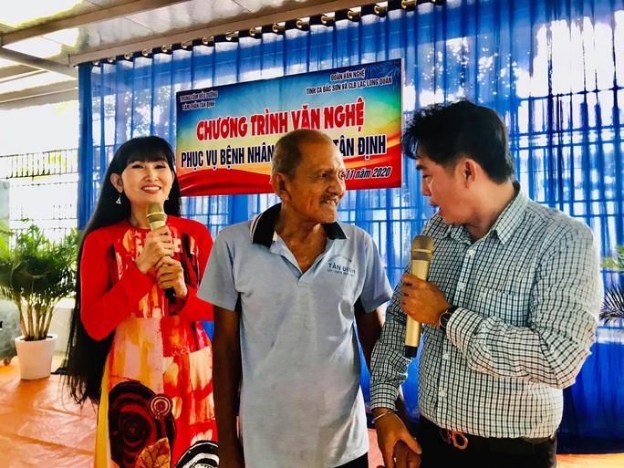 Kép độc Khánh Tuấn mang niềm vui đến bệnh nhân tâm thần - Ảnh 2.
