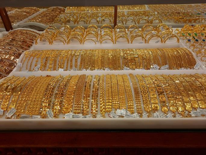 Giá vàng hôm nay 6-1: Tăng tiếp, các quỹ đầu tư gom 18,5 tấn vàng - Ảnh 1.