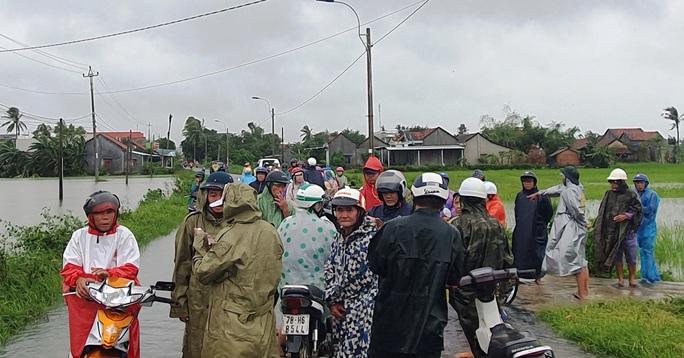 Phú Yên: Vội vã chạy lũ sau bão số 12 - Ảnh 1.