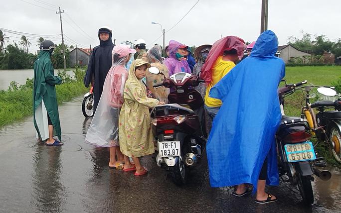 Phú Yên: Vội vã chạy lũ sau bão số 12 - Ảnh 7.