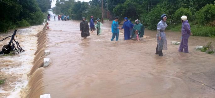 Bão số 12 áp sát bờ Phú Yên, Khánh Hòa, mưa rất to - Ảnh 1.