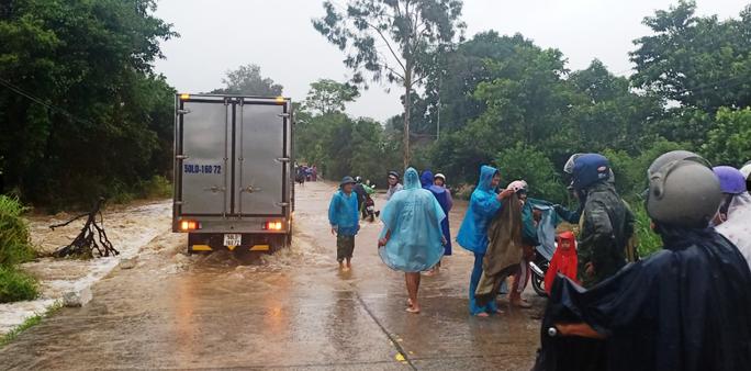 Bão số 12 áp sát bờ Phú Yên, Khánh Hòa, mưa rất to - Ảnh 4.