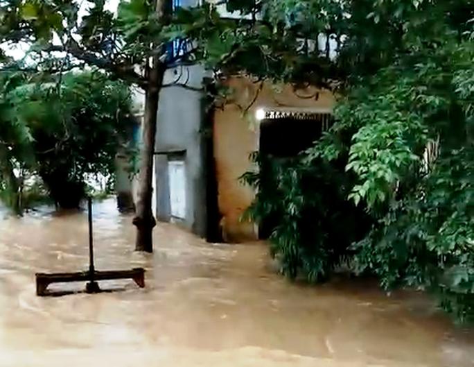 Bão số 12 áp sát bờ Phú Yên, Khánh Hòa, mưa rất to - Ảnh 3.