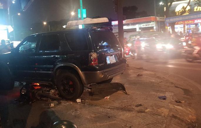 Ôtô tông hàng loạt xe máy, nhiều người bị thương - Ảnh 5.