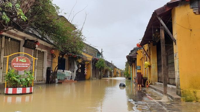 Quảng Nam mưa lớn, nước sông đang lên, nhiều thủy điện xả lũ - Ảnh 4.