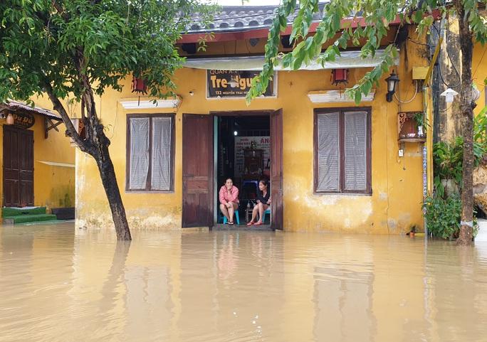 Quảng Nam mưa lớn, nước sông đang lên, nhiều thủy điện xả lũ - Ảnh 1.