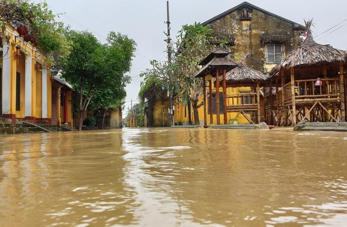 Quảng Nam mưa lớn, nước sông đang lên, nhiều thủy điện xả lũ - Ảnh 2.