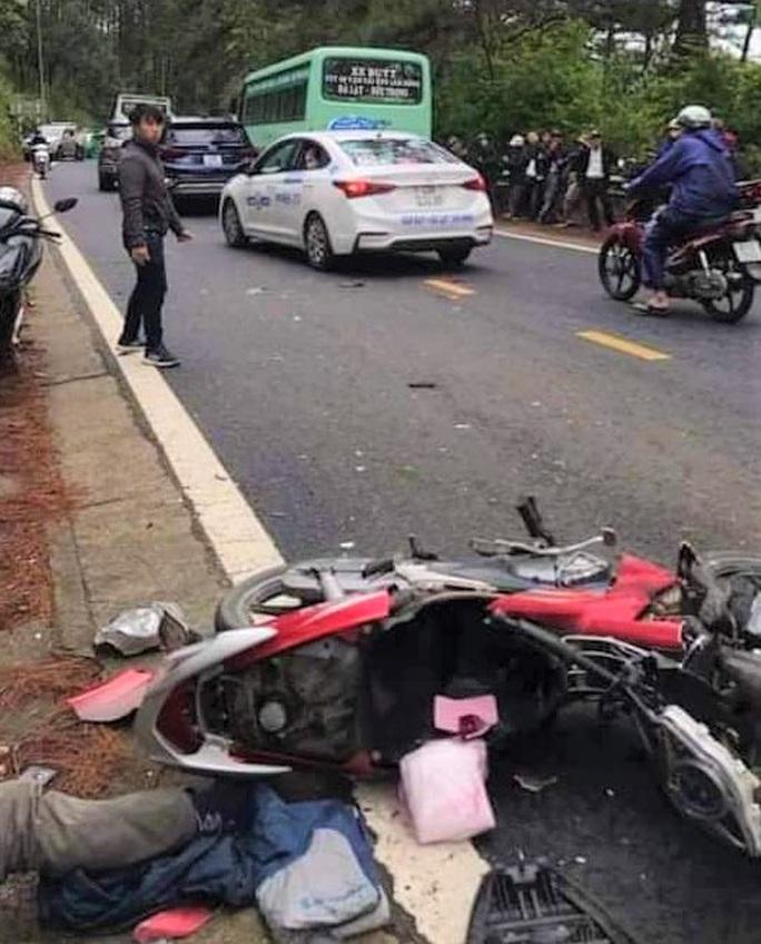 Xe buýt va chạm xe máy trên đèo Prenn Đà Lạt, 1 người chết - Ảnh 2.