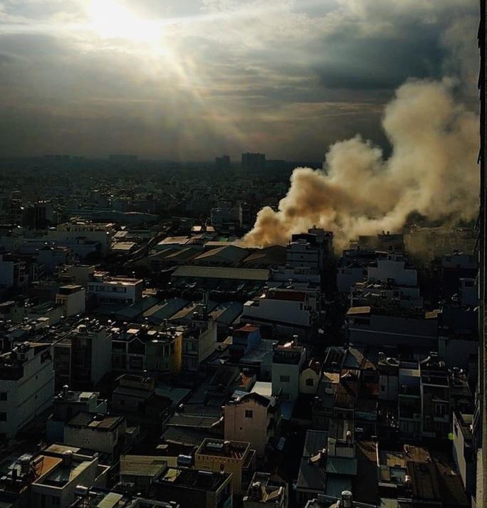 TP HCM: Hỏa hoạn sát chợ ở Tân Phú, nhiều người lo lắng - Ảnh 2.