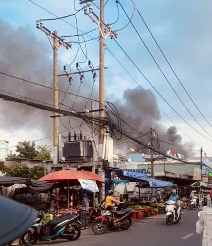 TP HCM: Hỏa hoạn sát chợ ở Tân Phú, nhiều người lo lắng - Ảnh 1.