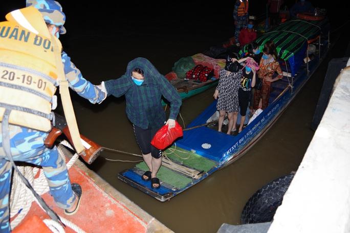Bắt giữ 8 phụ nữ trốn cách ly khi từ Campuchia lén về Kiên Giang - Ảnh 1.