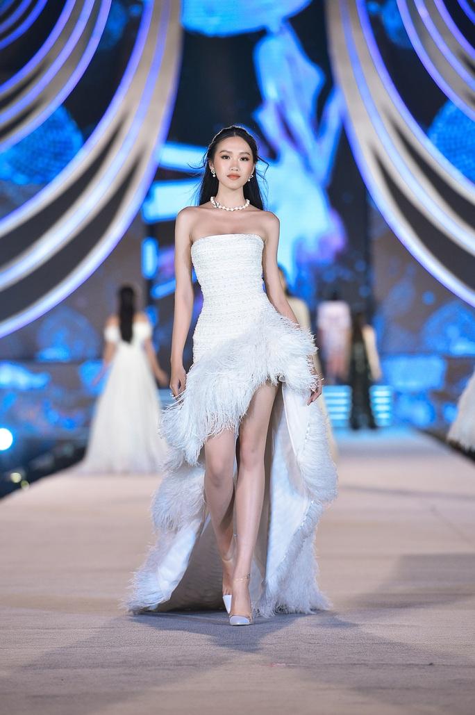 Hoa hậu Việt Nam tỏa sáng trong đêm thi Người đẹp Thời trang - Ảnh 1.