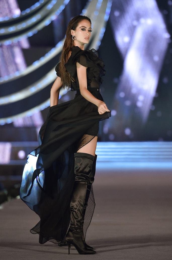 Hoa hậu Việt Nam tỏa sáng trong đêm thi Người đẹp Thời trang - Ảnh 17.