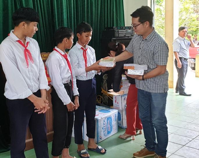 Chương trình Trái tim Miền Trung: Trao 5.000 cuốn vở cho học sinh Đắk Glei - Ảnh 2.