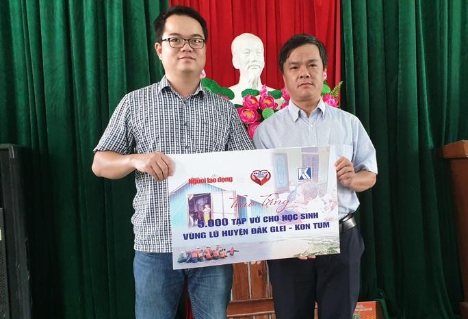 Chương trình Trái tim Miền Trung: Trao 5.000 cuốn vở cho học sinh Đắk Glei - Ảnh 1.