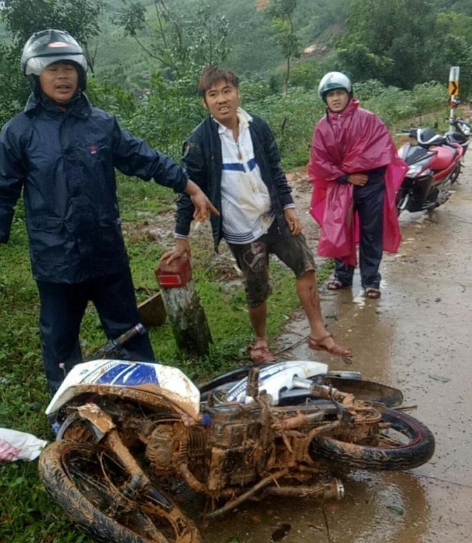 Quảng Ngãi: Sạt lở núi, 2 người thoát chết trong gang tấc - Ảnh 1.